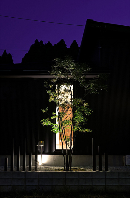 Japanese + クレアカーサ(株式会社 日立リアルエステートパートナーズ) 千葉県I様邸 Spectacular garden lighting by lighting professionals. Enjoy a dramatic, romantic, even mysterious scene comparing to a day time.