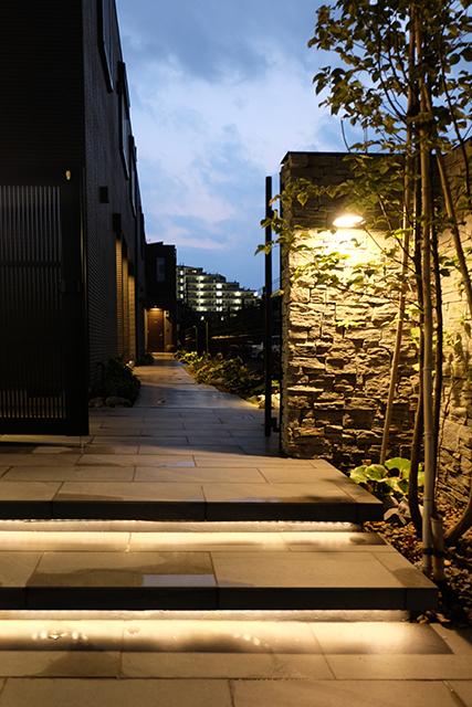 エントランスの演出 ㈱フォーラム 東京本社 埼玉県K様邸 Spectacular garden lighting by lighting professionals. Enjoy a dramatic, romantic, even mysterious scene comparing to a day time.