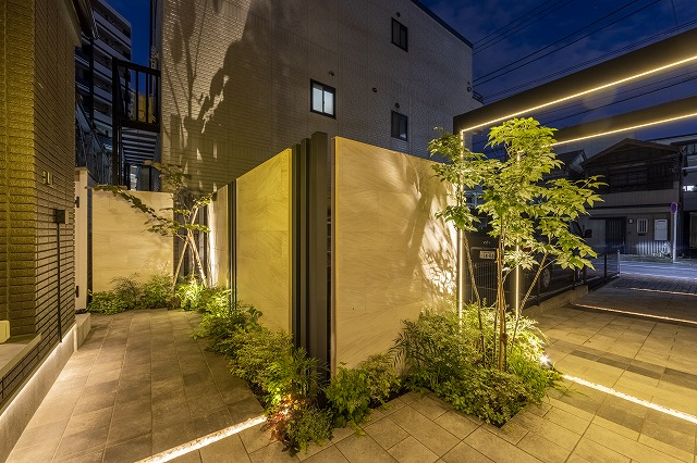 ホテルのエントランスのようなアプローチ 株式会社LAND-H.A.G 神奈川県T様邸 Spectacular garden lighting by lighting professionals. Enjoy a dramatic, romantic, even mysterious scene comparing to a day time.