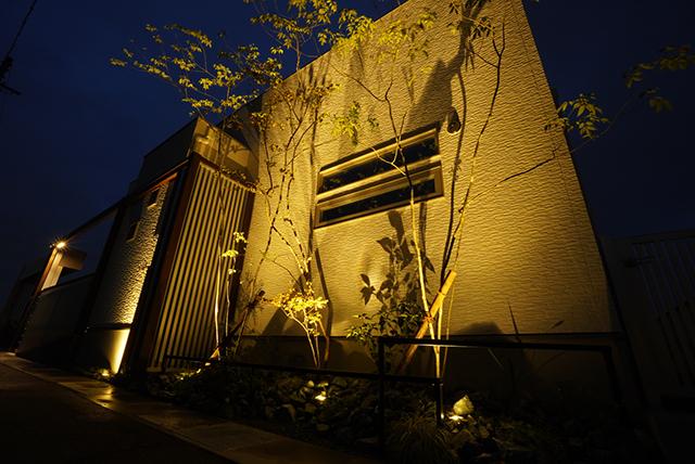 建物と外構をフレームで繋ぐお家 ㈲和建 三重県I様邸 Spectacular garden lighting by lighting professionals. Enjoy a dramatic, romantic, even mysterious scene comparing to a day time.