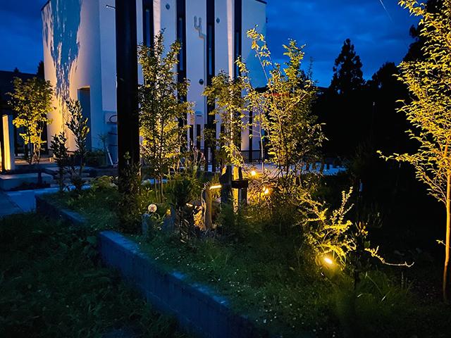 真っ白なキャンバスに浮かぶ光と影 エクスアート 群馬県K様邸 Spectacular garden lighting by lighting professionals. Enjoy a dramatic, romantic, even mysterious scene comparing to a day time.