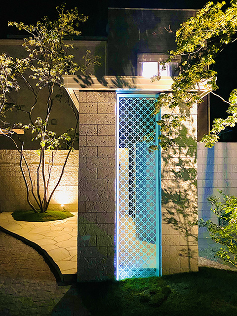 リゾートを感じる光の演出 パーチェフル/GRAZIE MILLE 滋賀県K様邸 Spectacular garden lighting by lighting professionals. Enjoy a dramatic, romantic, even mysterious scene comparing to a day time.