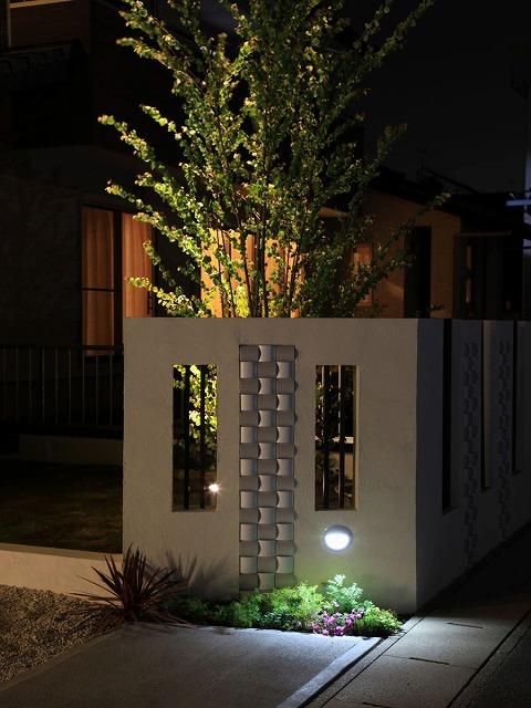 美しく浮かび上がるアールライン ㈱坂井ガーデンプランニング 磐田市S様邸 Spectacular garden lighting by lighting professionals. Enjoy a dramatic, romantic, even mysterious scene comparing to a day time.