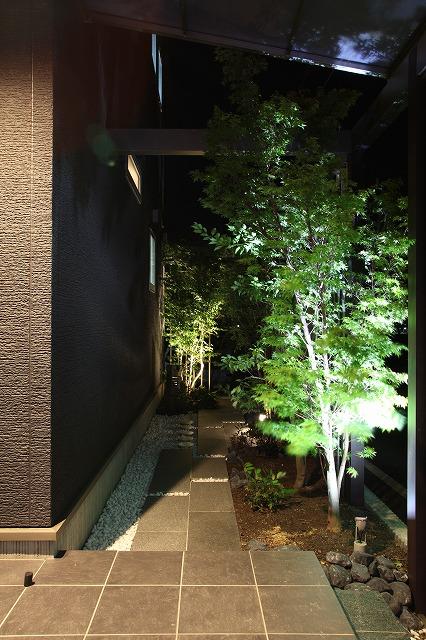 プライベートガーデン ASAHI-GARDEN 兵庫県M様邸 Spectacular garden lighting by lighting professionals. Enjoy a dramatic, romantic, even mysterious scene comparing to a day time.