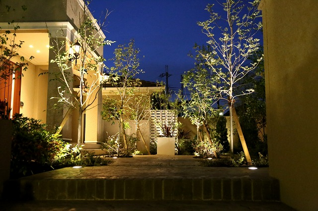 家族を迎える光 株式会社ウエシン 大阪府Y様邸 Spectacular garden lighting by lighting professionals. Enjoy a dramatic, romantic, even mysterious scene comparing to a day time.