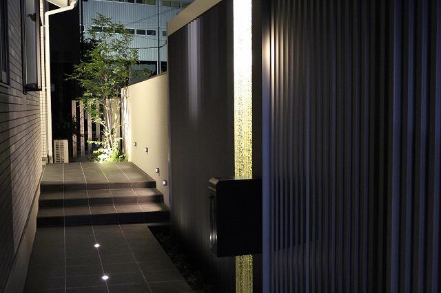 グランドライトで高級感のあるエントランスを演出 EARTH GARDEN 和歌山県I様邸 Spectacular garden lighting by lighting professionals. Enjoy a dramatic, romantic, even mysterious scene comparing to a day time.