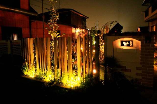 リゾートのような緑とお花がいっぱいのガーデン 有限会社匠ガーデン 滋賀県H様邸 Spectacular garden lighting by lighting professionals. Enjoy a dramatic, romantic, even mysterious scene comparing to a day time.
