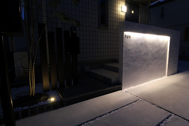 LEDバーで壁面を幻想的に! EARTH GARDEN 和歌山県T様邸 Spectacular garden lighting by lighting professionals. Enjoy a dramatic, romantic, even mysterious scene comparing to a day time.