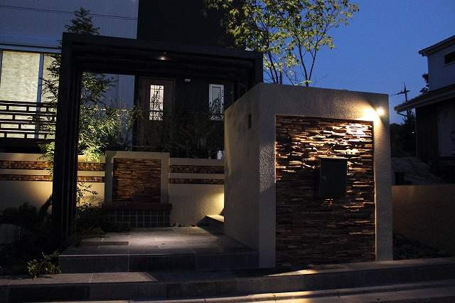 アジアンリゾート フロントヤード 創志園 京都府N様邸 Spectacular garden lighting by lighting professionals. Enjoy a dramatic, romantic, even mysterious scene comparing to a day time.