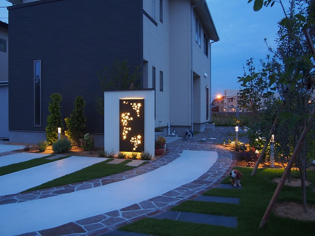 オリジナル桜パネルと緑が映えるライティング エクステリア&ガーデン ZAT 富山県K様邸 Spectacular garden lighting by lighting professionals. Enjoy a dramatic, romantic, even mysterious scene comparing to a day time.