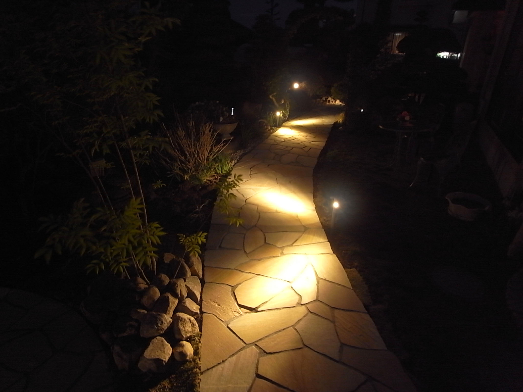 パスライティング 株式会社フリージアデザイン 長野県M様邸 Spectacular garden lighting by lighting professionals. Enjoy a dramatic, romantic, even mysterious scene comparing to a day time.