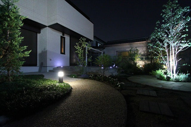 洋風 光の庭 株式会社中商 大阪府S様邸 Spectacular garden lighting by lighting professionals. Enjoy a dramatic, romantic, even mysterious scene comparing to a day time.