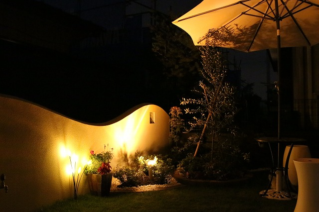 風に揺れる灯り 株式会社山波 埼玉県 個人邸 Spectacular garden lighting by lighting professionals. Enjoy a dramatic, romantic, even mysterious scene comparing to a day time.