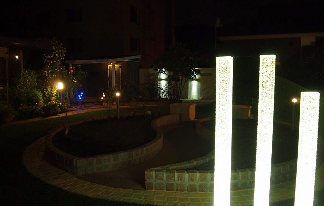 ガーデンシェッドのある庭 有限会社マイガーデン 北海道M様邸 Spectacular garden lighting by lighting professionals. Enjoy a dramatic, romantic, even mysterious scene comparing to a day time.