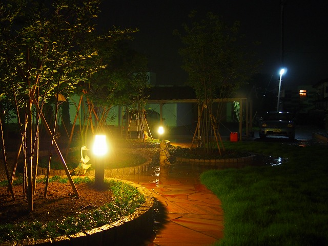 ガーデンオーナメントが遊ぶ頃 株式会社アルファテック 栃木県S様邸 Spectacular garden lighting by lighting professionals. Enjoy a dramatic, romantic, even mysterious scene comparing to a day time.