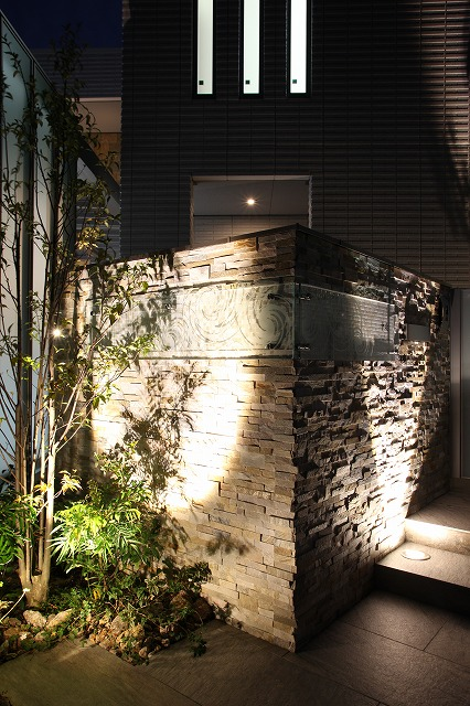 石壁へのグレージング・建物へのシャドーライティング ㈱ファミリーエクステリア本社 三重県N様邸 Spectacular garden lighting by lighting professionals. Enjoy a dramatic, romantic, even mysterious scene comparing to a day time.