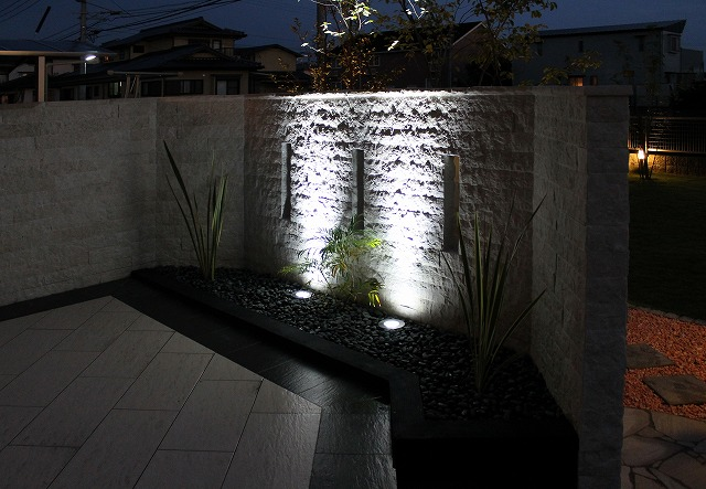 ご家族が一日中楽しめる庭 アウテリアタイガー株式会社 熊本県T様邸 Spectacular garden lighting by lighting professionals. Enjoy a dramatic, romantic, even mysterious scene comparing to a day time.