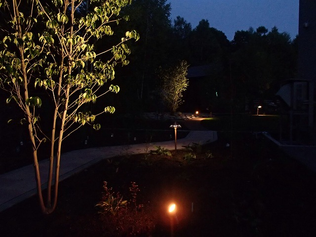 ポイントライティング2 平間造園株式会社 北海道S様邸 Spectacular garden lighting by lighting professionals. Enjoy a dramatic, romantic, even mysterious scene comparing to a day time.
