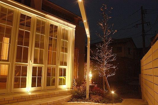 ガーデンルームから広がる癒されるお庭 S-STYLE GARDEN 兵庫県N様邸 Spectacular garden lighting by lighting professionals. Enjoy a dramatic, romantic, even mysterious scene comparing to a day time.