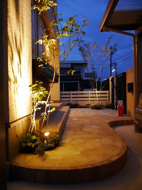 明るいクローズド外構 株式会社エフ 石川県O様邸 Spectacular garden lighting by lighting professionals. Enjoy a dramatic, romantic, even mysterious scene comparing to a day time.
