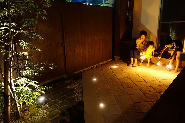 家族で過ごす夜の中庭 グリーンステージ 福井県T様邸 Spectacular garden lighting by lighting professionals. Enjoy a dramatic, romantic, even mysterious scene comparing to a day time.