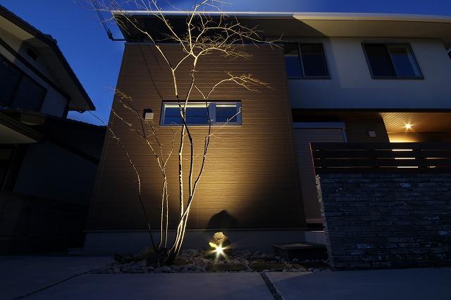 樹木の陰影を楽しむお庭 EARTH GARDEN 和歌山県T様邸 Spectacular garden lighting by lighting professionals. Enjoy a dramatic, romantic, even mysterious scene comparing to a day time.