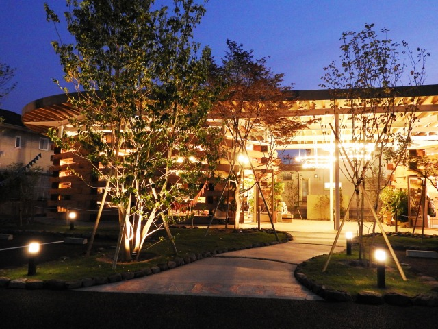公園のような空間 株式会社little bear garden 福島県 LARGE LAB TOWN様 Spectacular garden lighting by lighting professionals. Enjoy a dramatic, romantic, even mysterious scene comparing to a day time.