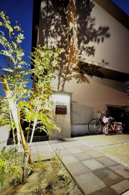 建物とマッチしたライティングが光る外構 大阪エクステリア株式会社 大阪府F様邸 Spectacular garden lighting by lighting professionals. Enjoy a dramatic, romantic, even mysterious scene comparing to a day time.