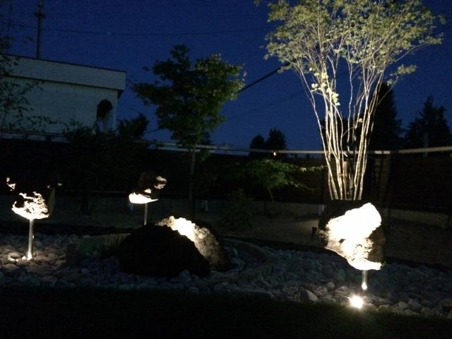 石灯 平間造園株式会社 北海道Y様邸 Spectacular garden lighting by lighting professionals. Enjoy a dramatic, romantic, even mysterious scene comparing to a day time.