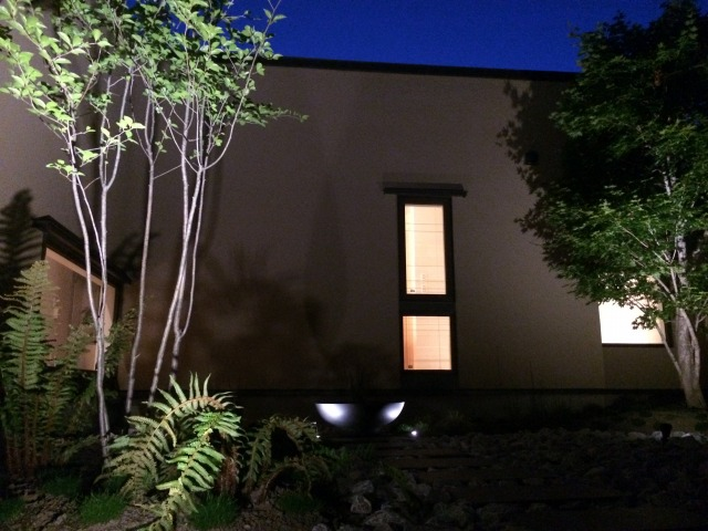包まれる灯り 平間造園株式会社 北海道Y様邸 Spectacular garden lighting by lighting professionals. Enjoy a dramatic, romantic, even mysterious scene comparing to a day time.