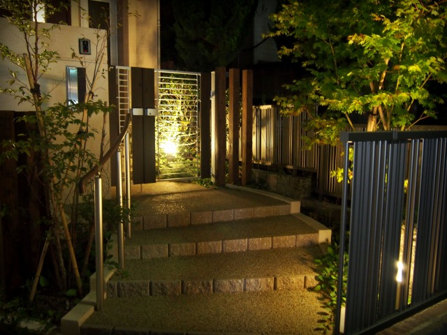 木々そよぐ門灯り LEONE 愛知県O様邸 Spectacular garden lighting by lighting professionals. Enjoy a dramatic, romantic, even mysterious scene comparing to a day time.