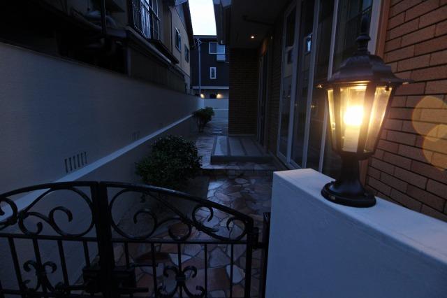 門扉を照らして 株式会社太陽ハウジング 福岡県K様邸 Spectacular garden lighting by lighting professionals. Enjoy a dramatic, romantic, even mysterious scene comparing to a day time.
