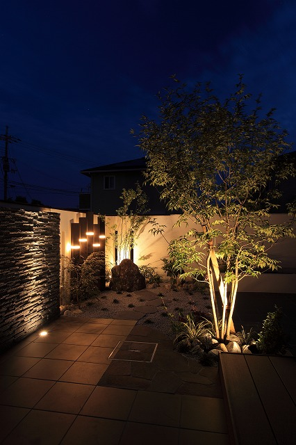 夜の印象も楽しめるように演出 ハンワホームズ株式会社 大阪府M様邸 Spectacular garden lighting by lighting professionals. Enjoy a dramatic, romantic, even mysterious scene comparing to a day time.