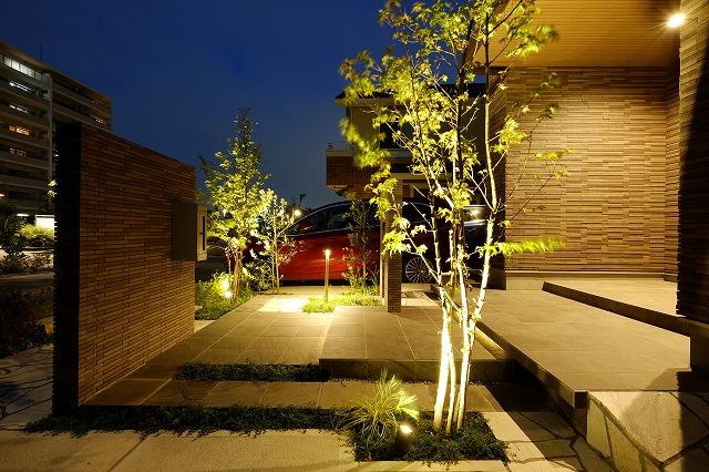 タイルと石貼りのモダン外構 株式会社風知蒼 千葉県S様邸 Spectacular garden lighting by lighting professionals. Enjoy a dramatic, romantic, even mysterious scene comparing to a day time.