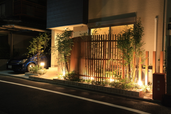 千本格子とライティング 株式会社あしだ 京都府O様邸 Spectacular garden lighting by lighting professionals. Enjoy a dramatic, romantic, even mysterious scene comparing to a day time.