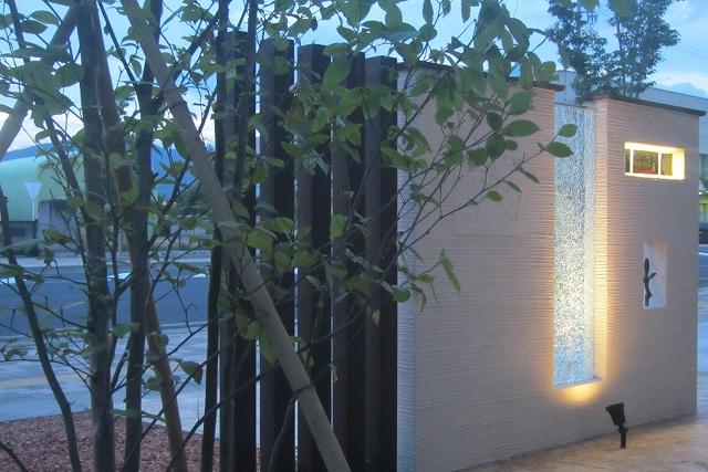 ライティングとクリスタルの競演 株式会社トレド 長野県K様邸 Spectacular garden lighting by lighting professionals. Enjoy a dramatic, romantic, even mysterious scene comparing to a day time.
