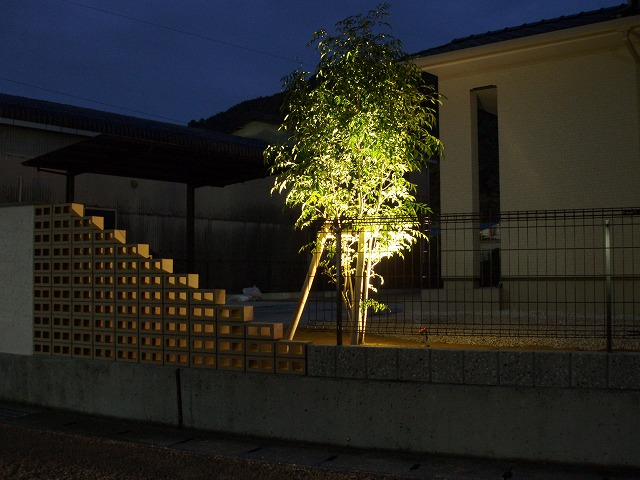 憩いとやすらぎの家 緑化工房 あうとてり家 さかい 愛媛県K様邸 Spectacular garden lighting by lighting professionals. Enjoy a dramatic, romantic, even mysterious scene comparing to a day time.
