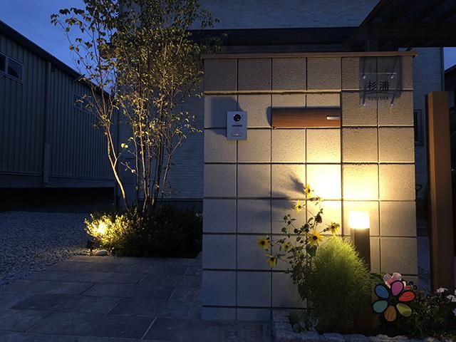 門周りを演出するほんのり照明 プレックスガーデン 長野県S様邸 Spectacular garden lighting by lighting professionals. Enjoy a dramatic, romantic, even mysterious scene comparing to a day time.